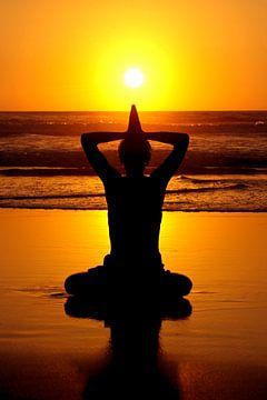 Yoga am Strand bei Sonnenuntergang von Nisangha Masselink