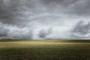 Dreigende wolkenlucht op het platteland in Frankrijk