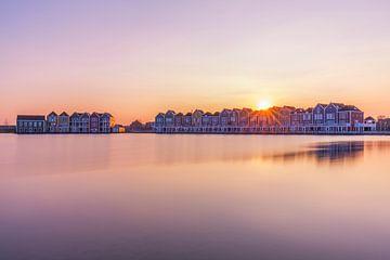 Die Sonne, die über den Häusern von Houten untergeht von Paul Weekers Fotografie