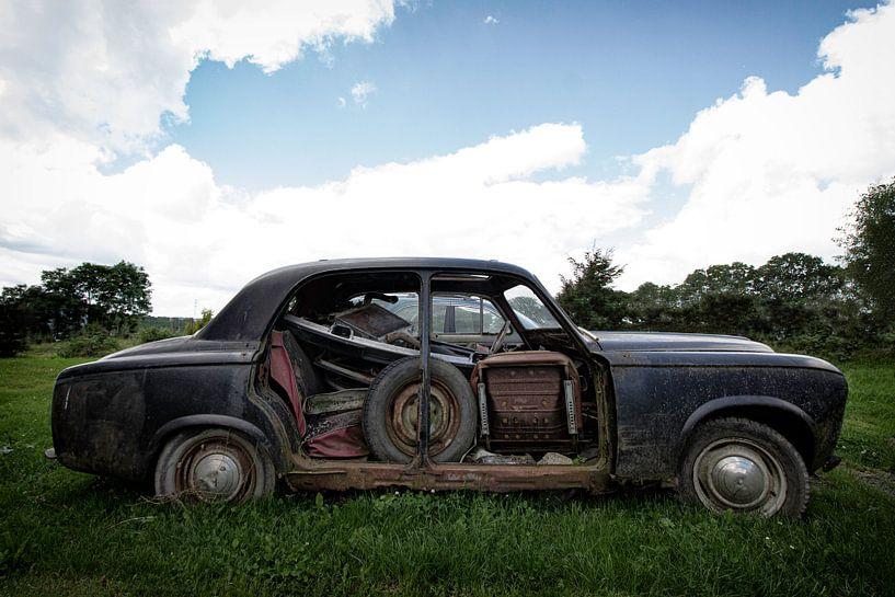 Vieille voiture abandonnée sur Vivian Teuns