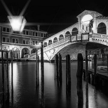 VENETIË Rialto brug bij nacht | zwart-wit van Melanie Viola