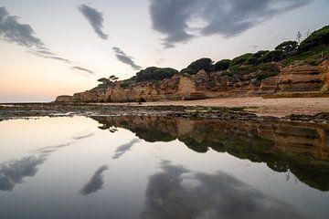 Weerspiegeling op het water in de Algarve van Michel Geluk