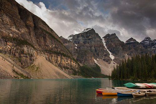 Kayaks at Moraine Lake van Ilya Korzelius