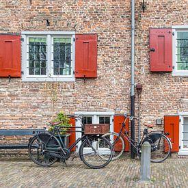 Klassieke  Nederlandse fietsen voor een kasteel van Hilda Weges