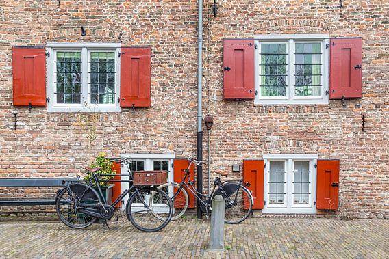 Klassieke  Nederlandse fietsen voor een kasteel