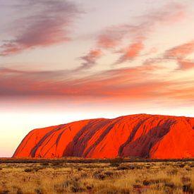 Uluru Ayers Rock in vuur en vlam van Inge Hogenbijl