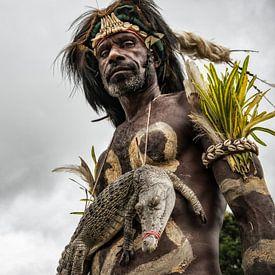 Man met krokodil op krokodillenfestival in Papua Nieuw Guinea. van Ron van der Stappen
