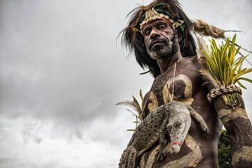 Mann mit Krokodil beim Krokodilfestival in Papua-Neuguinea. von Ron van der Stappen