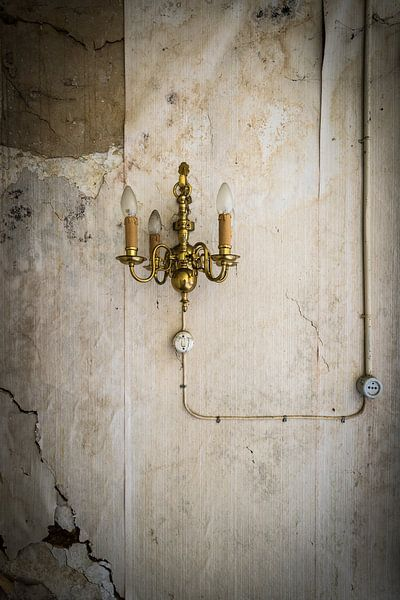 Oude lamp aan wand van Inge van den Brande