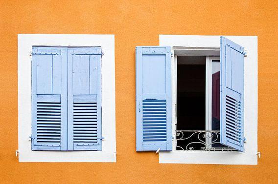 Kleurrijk venster in Frankrijk Ardèche van Jean-Paul Wagemakers