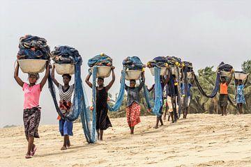 Vrouwen dragen visnetten terug van Rob Godfried