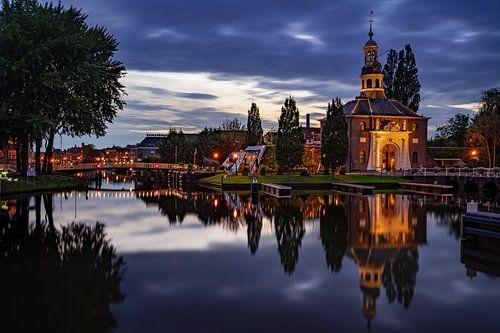 De Zijlpoort in Leiden in de avond