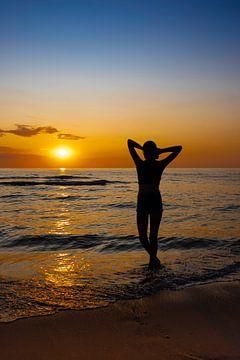 Damen-Silhouette vor einem bunten Sonnenuntergang von Shirley Hill