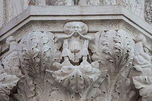 Beelden op zuil van Dogenpaleis in de oude stand Venetie, ItalieBeelden op zuil van Dogenpaleis in d