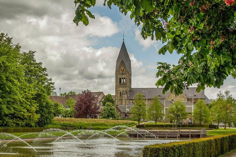 Fonteinen met kerk Gulpen op de achtergrond van John Kreukniet