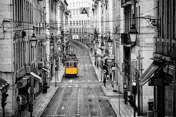 Gele tram Lissabon van Rob van Esch