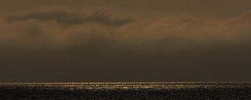 Donkere wolkenluchten boven de Waddenzee van