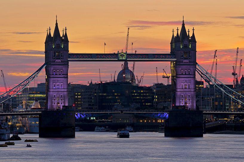 Tower Bridge vlak na zonsondergang te Londen van Anton de Zeeuw