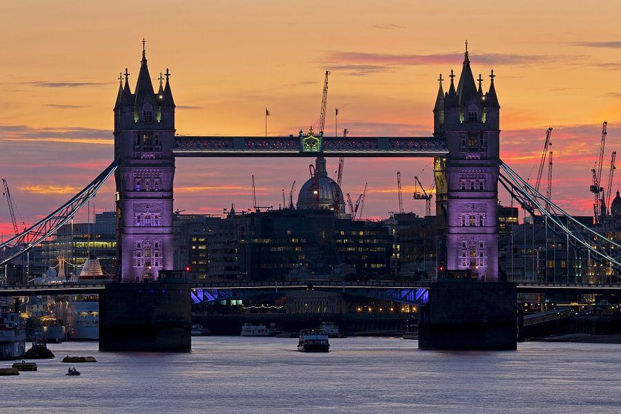 Tower Bridge vlak na zonsondergang te Londen