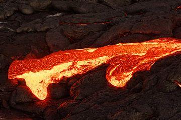 Glühende Lava tritt aus einer Erdspalte aus von Ralf Lehmann