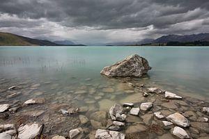 Lake Tekapo, Neuseeland - 8. Januar 2020 : Ein stark bewölkter Nachmittag am Lake Tekapo von Anges van der Logt