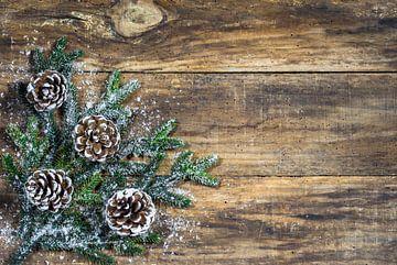 Traditionele kerstversiering met natuurlijke dennenappels van Alex Winter