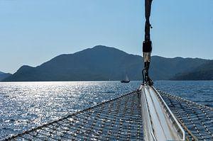 Zeilen op zee tegen zonsondergang