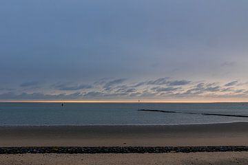 Ein Hauch von Sonnenlicht an einem böigen Tag Vlieland. von Gerard Koster Joenje (Vlieland, Amsterdam & Lelystad in beeld)