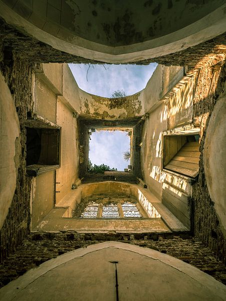 Verlaten kerk met ingestort dak, Belgie van Art By Dominic
