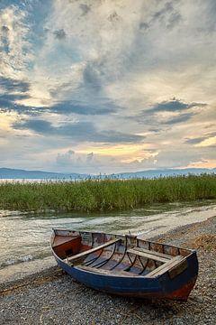 Fischerboot am Strand des Ohrid Sees von Cor de Hamer