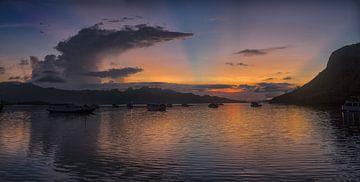 zonsondergang bij Komodo eiland van peter verreussel