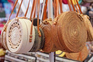 De wereldberoemde ronde rotan tassen ontworpen en gemaakt op Bali, Indonesie. van Jeroen Langeveld, MrLangeveldPhoto