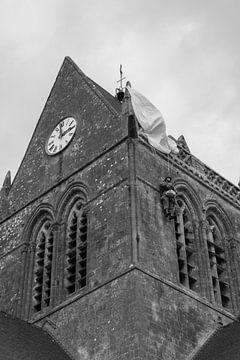 Hangend aan de kerk in Sainte-mère-Église van Robbert De Reus