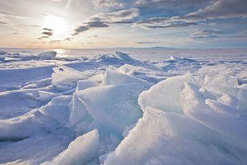 Zonsonderganglandschap met gloeiend hummocky ijs op baikal, blauw en roze ijs steekt de kop op van Michael Semenov