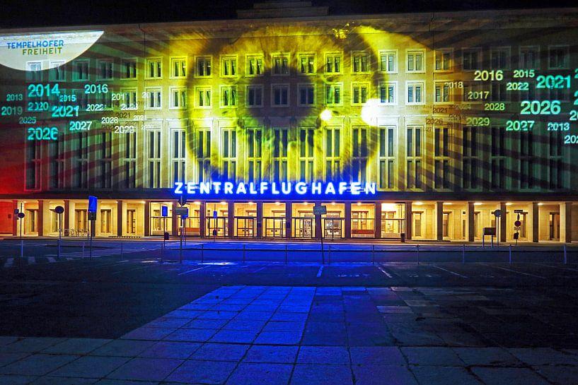 Berlijn: De gevel van de oude luchthaven Tempelhof met speciale lichtprojectie van Frank Herrmann