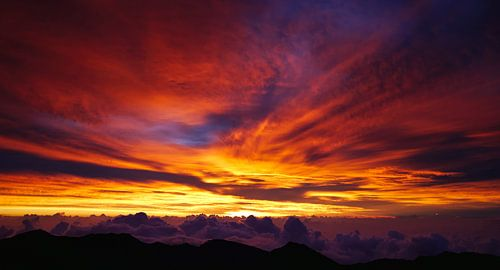 zonsopkomst boven de wolken van