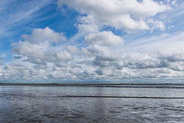 Zicht over de Waddenzee en de kwelder, zeer mooie Hollandse lucht
