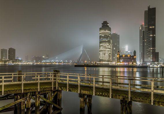 De mistige skyline van Rotterdam