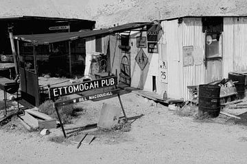 Verlaten café in Outback van Inge Hogenbijl