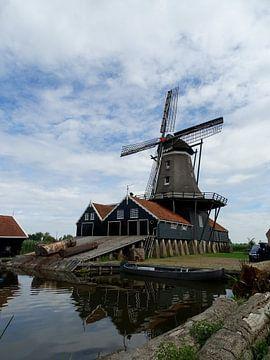 """De molen """" De Rat """" in IJlst weerspiegelt in de Geeuw van Tineke Laverman"""