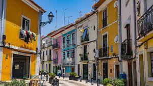Bunte Straße in Setúbal, Portugal von Jessica Lokker