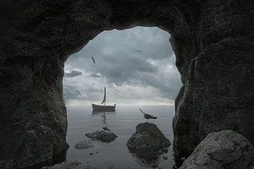 Rotsgrot met uitzicht op de zee met rondvliegende zeemeeuwen en een verlaten boot van Besa Art