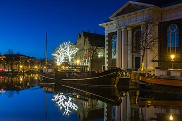 Lange Haven Schiedam in het blauwe uur. van Ilya Korzelius