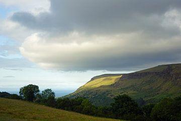 Wolken boven de bergen in Noord-Ierland. van Babetts Bildergalerie