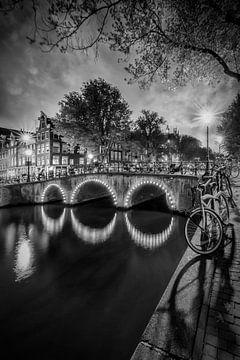 AMSTERDAM Idyllic nightscape from Keizersgracht | Monochrome sur Melanie Viola