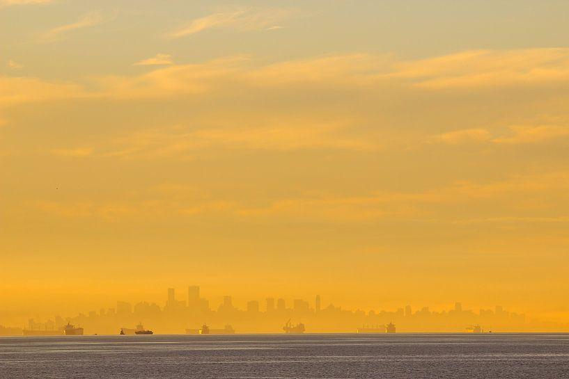 Zonsopkomst Vancouver skyline van Louise Poortvliet