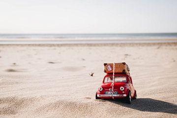Fiat 500 tijdens het golden hour op het strand van Zandvoort aan Zee | Nederlandse strandfotografie van Evelien Lodewijks