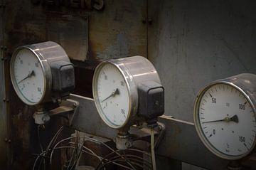 Mooie close up van oude meters op een machine van Patrick Verhoef