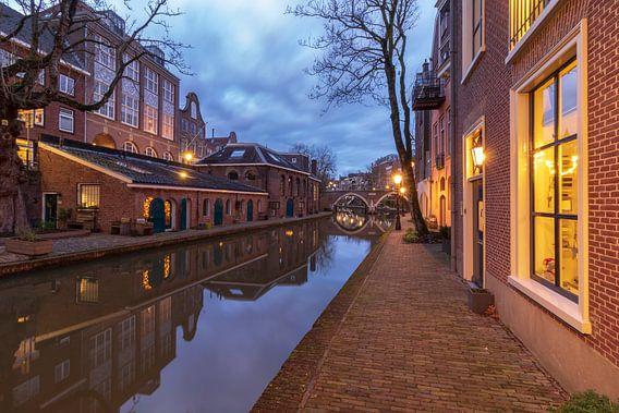 Utrecht in de avond: voormalige bierbrouwerij De Boog aan de Oudegracht.