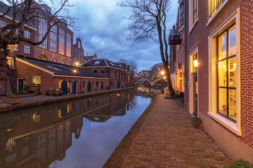 Utrecht in de avond: voormalige bierbrouwerij De Boog aan de Oudegracht. van André Russcher